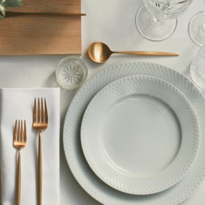Luksus tallerkener, bestik, vaser, lysestager